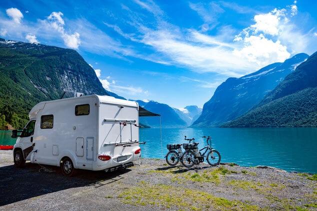 Caravan naast meer